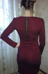 Стильное платье гранатового цвета.